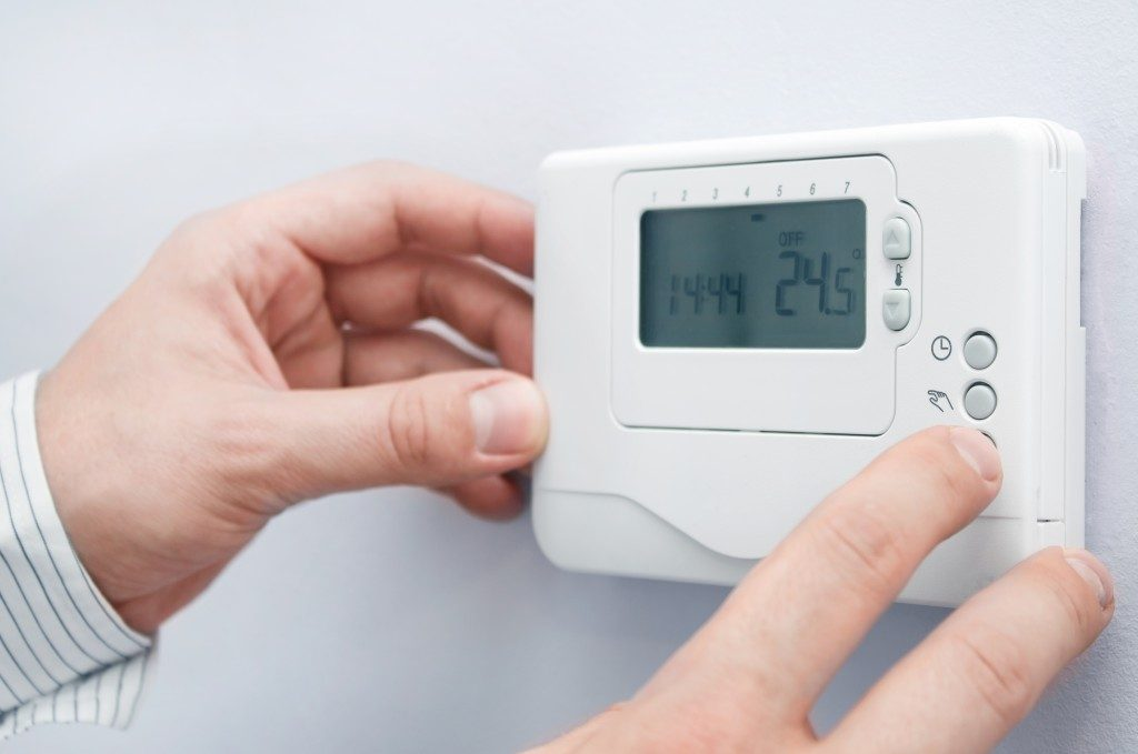 hand adjusting thermostat